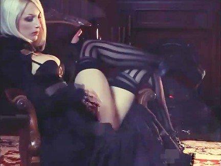 Гиг Порно Белокурая мадам в полосатых чулках дразнится своим великолепным телом Блондинки Большие Сиськи Любители Стриптиз гигпорно видео