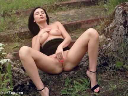 Гиг Порно Мамочка в черных трусиках теребит вагину на свежем воздухе HD Большие Сиськи Зрелые Женщины Красотки Мастурбация гигпорно видео