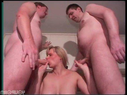 Гиг Порно Два сына растягивают мамашу в самом соку с разных сторон Блондинки Большие Сиськи Женщины в Возрасте Секс Втроем гигпорно видео