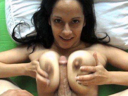 Гиг Порно Скси мама в ожерелье дрочит хуй парня между пышных сисек от 1-го лица HD Большие Сиськи В Сперме Домашнее Порно Зрелые Женщины Секс от 1-го Лица гигпорно видео
