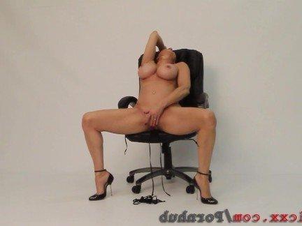 Гиг Порно Мамочка в бикини эмоционально мастурбирует вибратором в соло видео HD Женщины в Возрасте Мастурбация Рыжие Секс Игрушки гигпорно видео