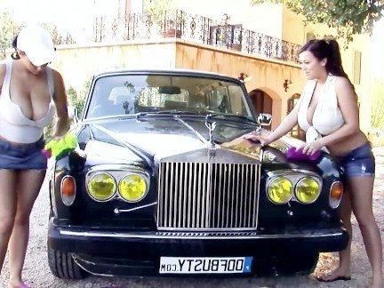Гиг Порно Две мамочки в мокрых майках публично обнажаются возле элитного автомобиля HD Большие Сиськи Зрелые Женщины На Публике Стриптиз гигпорно видео