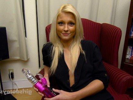 Гиг Порно Сексуальная блондинка использует здоровый вибратор в порно нарезке HD Блондинки Любители Маленькие Сиськи Мастурбация гигпорно видео