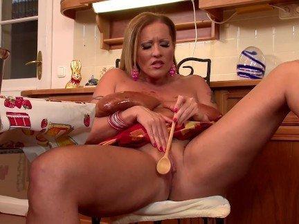 Девушка с большими сиськами мастурбирует киску на кухне ложкой видео