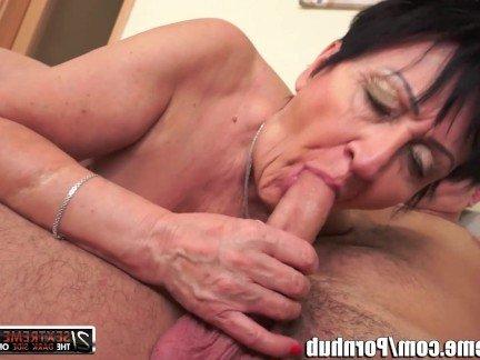 Порно старушка в рот нассал