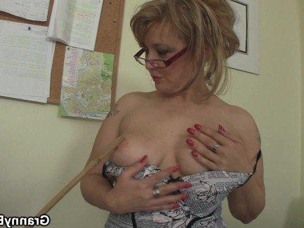 Гиг Порно Офисная мамочка воспользовалась большим хуем коллеги для скачки верхом гигпорно видео