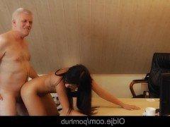 Гиг Порно сексуальная HD Брюнетки В Сперме Молодые Старые и Молодые гигпорно видео