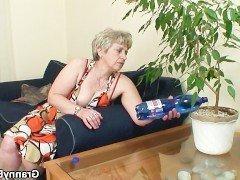 Порно Бабушка в цветастом платье предложила внуку потрахаться в киску на диване видео