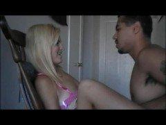 Порно Блондинка с татуировкой скачет на длинном члене смуглого любовника без гандона видео