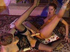 Порно Две лесбиянки занимаются анальной еблей с двойным фаллосом видео