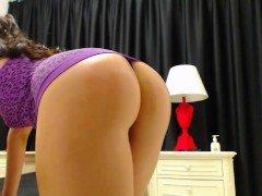 Порно Молодая красавица демонстрирует шикарную жопу в прямой трансляции видео