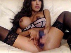 Порно Возбужденная мамаша с силиконовыми дойками мастурбирует пизду фаллосом дочки видео