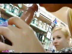 Секс Две молодые оторвы делают двойной минет для чувака в магазине видео