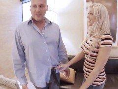 Порно Баловливая мамочка с большой грудью устроила дочке секс втроем в отеле видео