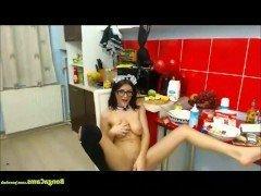Порно Девушка в униформе горничной эротично мастурбирует пизду на вебкамеру видео