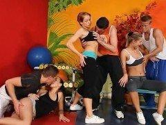 Порно Спортсмены устроили свингерскую вечеринку с горячими шлюхами в зале видео