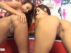 Порно Две лесбиянки с бритыми дырками устроили оральный секс на диване видео