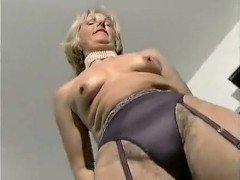 Гиг порно Матюрка в элегантном нижнем белье прилегла для мастурбации игрушками Блондинки Женщины в Возрасте Мастурбация Ретро Порно гигпорно бесплатное видео