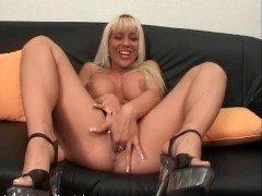 Секс Блондинка с большой грудью выкидывает классный минет на диване видео