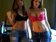 Порно Две молоденькие шлюшки в джинсах эротично дразнятся на вебкамеру видео