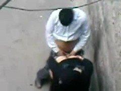 Порно Арабский мужчина пердолит уличную проститутку не стремаясь камеры сверху видео