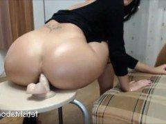 Порно Фигуристая мамочка трахает свой анал фаллосом на включенную вебкамеру видео