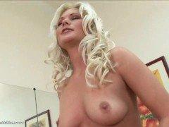 Секс Белокурая мамка дразнится своими голыми сиськами в соло-мастурбации видео