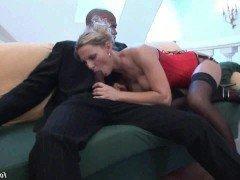 Порно Негр подцепил белую милфу на жесткий трах в жопу без презерватива видео