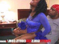 Порно Негритянка со здоровыми сиськами прыгает на белом члене в нарезке из кастингов видео