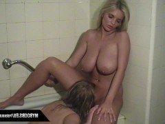 Порно Две лесбиянки практикуют глубокий кунилингус в ванной комнате видео