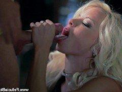 Порно Красивая милфа делает минет в высоком качестве до кульминации спермой видео