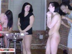 Гиг порно Четверо лесбийских девушек устроили забавы с сочным стриптизом гигпорно Вечеринки Лесбиянки Любители Стриптиз бесплатное секс видео