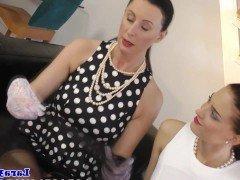 Порно Элегантная мамочка учит оральному сексу молоденькую знакомую видео
