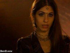 Порно Британец наслаждается эротическим массажем с любящей индианкой видео