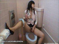 Порно Японская секретарша трахает свою пизду вибратором в туалете офиса видео