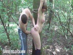 Порно Плохой парень трахает кулаком брюнетку с большими сиськами в лесу видео