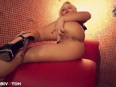 Секс Юная шалава с маленькой грудью кончает со сквиртом от мастурбации видео
