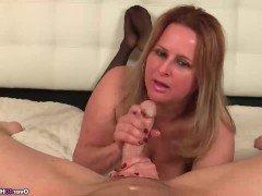 Порно Зрелая дама за 40 дрочит член парня в смазке от первого лица видео