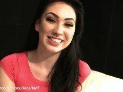 Порно Красивая брюнетка жестко отсасывает член актера на съемках порно видео