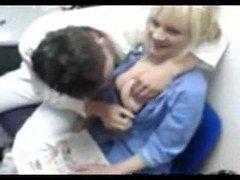 Порно Акушер страстно трахает пышную медсестричку на скрытую камеру видео