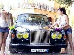 Порно Две мамочки в мокрых майках публично обнажаются возле элитного автомобиля видео