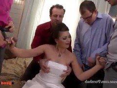 Порно Похотливая невеста получает море спермы отсасывая хуи на гангбанге видео