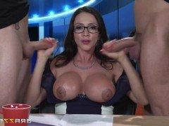 Порно Зрелая телеведущая страстно трахается с двумя большими членами операторов видео