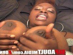 Секс Чернокожая мамаша с жирной попкой поебалась от первого лица видео