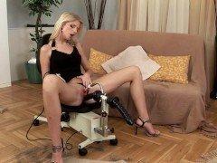 Порно Элегантная мамаша доставляет себя блаженство с ебли с двучленный трах-машиной видео