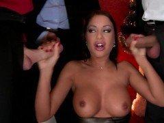 Порно Блядина с силиконовыми сиськами страстно сосет члены на суровом ганг-банге видео
