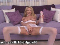 Секс Волосатая блондинка имеет себя большим резиновым хуем на диване видео