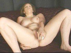 Порно Пышная девушка потекла от рукоблудия вибратором после стриптиза видео