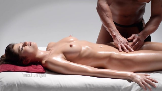Девушка делая массаж девушке начала ее ласкать