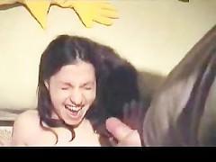 Хуй чувака исторгает сперму прямо на лицо молодой девахи